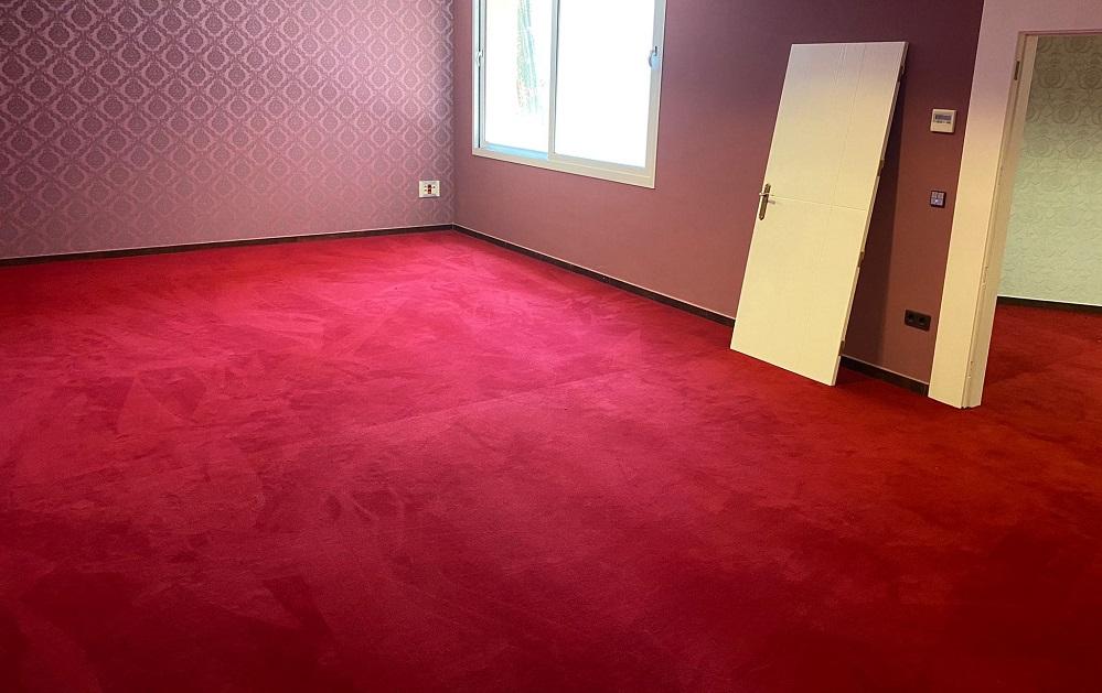 ejemplo moqueta roja en apartamento